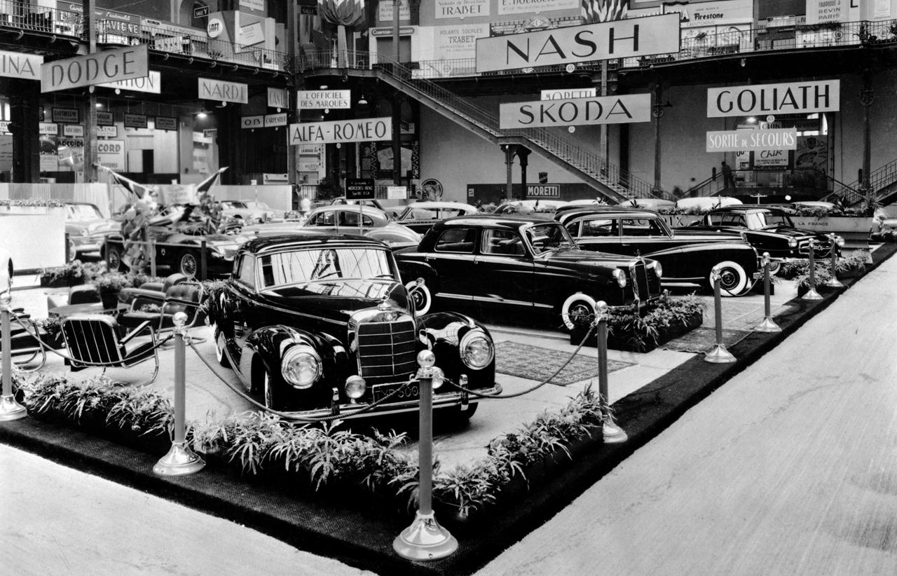 Carros da Mercedes-Benz expostos em uma edição do Salão de Paris nos anos 1950